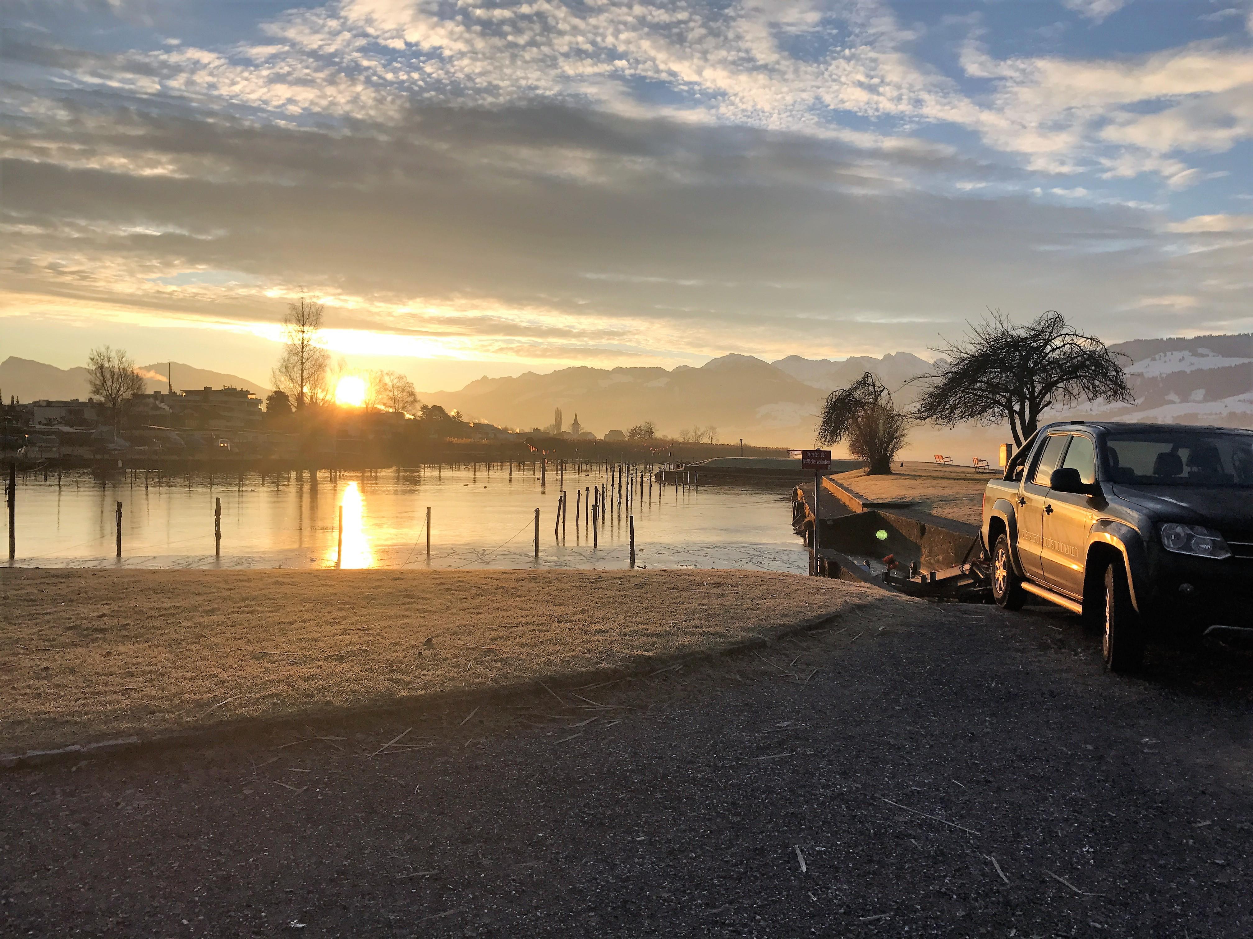 Boot auswassern am Morgen